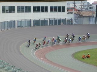 少年男子ポイントレース 序盤周回の集団走行