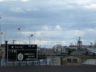 台風が過ぎ去っても、上空にはどんよりと厚い雲