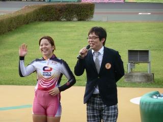 優勝インタビューでファンの声援に笑顔で応える梶田選手