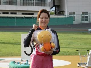 「わかちゃん」を手にニッコリ微笑む梶田選手