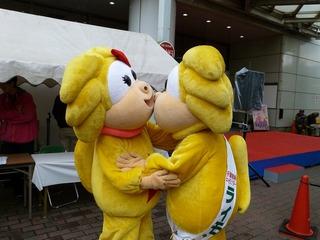 ダメでしょ、公衆の面前でキスなんて!