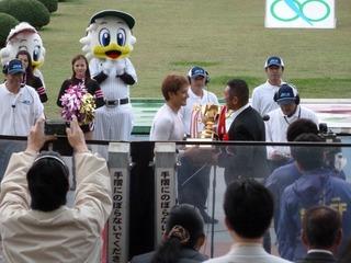 滝澤正光さんからカップを受ける成清選手