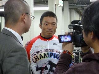 レース後、メディアの取材に応じる武田選手
