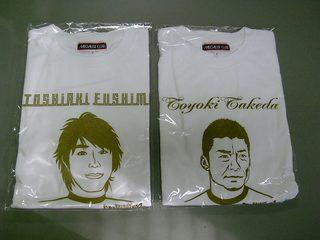 (左)伏見、(右)武田 似顔絵入りTシャツ